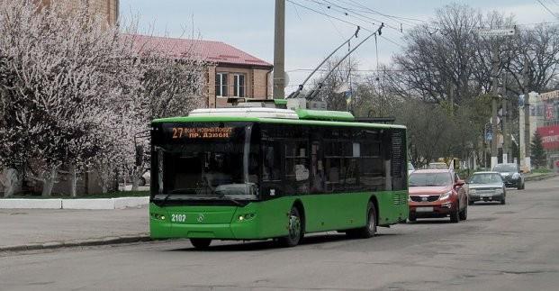 В городском электротранспорте пассажиры могут бесплатно получить маску