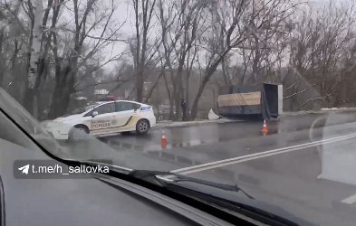 ВИДЕО: На Основе перевернулся грузовик с прицепом (Telegram)