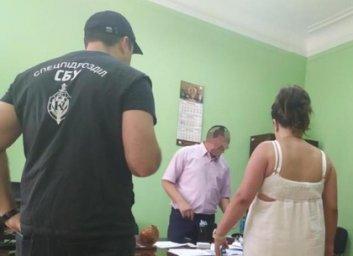 Шантаж увольнением: чиновник хотел содрать 300 тысяч с подчиненной (ФОТО)