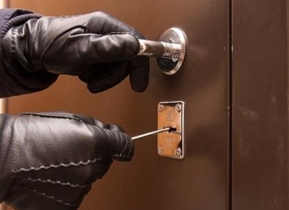 Залез в квартиру, чтобы украсть кредитку: под Харьковом поймали вора – ГУ НП