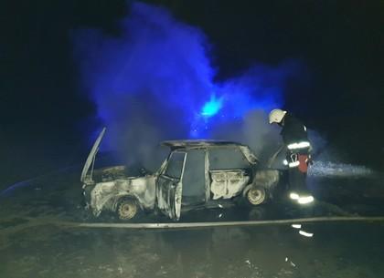 ФОТО: Под Валками у жилого дома дотла выгорела «семерка» (ГСЧС)