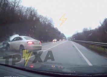 ВИДЕО: В сеть слили момента ДТП Mitsubishi Lancer с автомобилями Opel Astra и ЗАЗ Славута (Telegram)