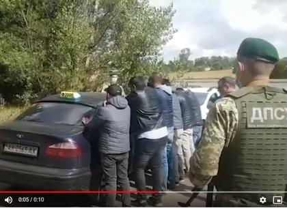 Харьковские пограничники задержали шестерых нелегалов-иностранцев, убегавших от границы на такси (ФО