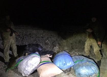Тюки с бесхозной контрабандой нашли на границе (ФОТО)