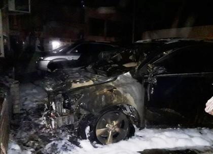 ФОТО: На парковке возле многоэтажки сгорел Lexus (ГСЧС)