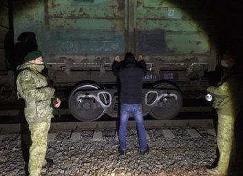 На Харьковщине схватили иностранца, который в пустом грузовом вагоне хотел выехать на Россию (ФОТО)