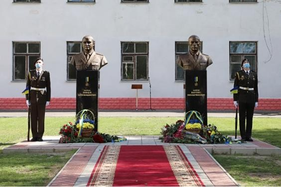 В Харькове открыли памятники Героям Украины Сергею Колодию и Александру Лавренко