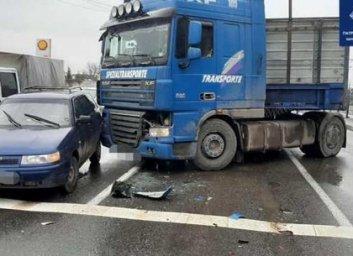 На проспекте Гагарина грузовик зацепил две легковушки