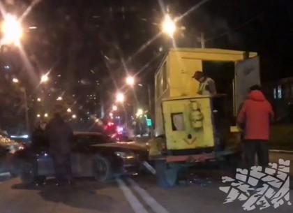 ВИДЕО: Гордость немецкого автопрома въехала в ремонтную машину (Telegram)