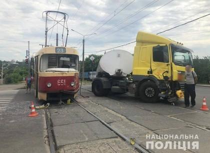 ДТП: бензовоз против трамвая (ФОТО)
