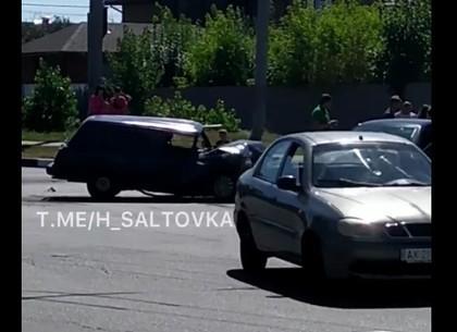 ДТП на Салтовке: гордость советского автопрома лишилась капота (ВИДЕО, Обновлено)