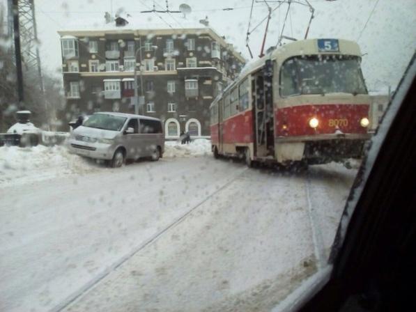 21 января, Московский проспект. С рельс сошел трамвай №5. Инцидент произошел на спуске с моста через реку Харьков