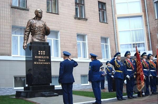 Открытие памятника Ивану Никитовичу Кожедубу на территории Харьковского университета Воздушных Сил 12 ноября 2010 г.