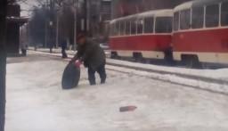 В Харькове у автобуса на ходу оторвалось колесо (видео)