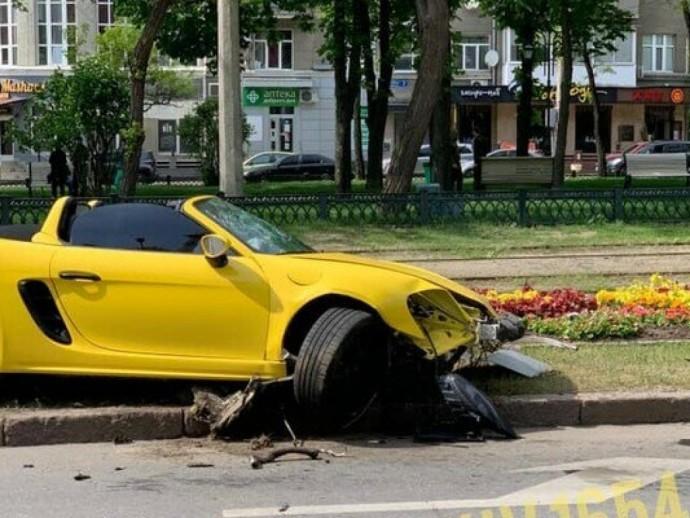 На желтом Porsche в клумбу с желтыми цветами: харьковчанка прокатилась с ветерком (ФОТО)
