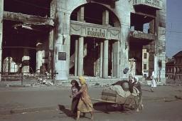 У разрушенного здания гостиницы Красная.
